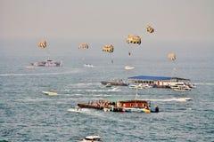 Esporte de água do paraquedas, cidade de Pattaya, província de Chonburi, Tailândia Foto de Stock