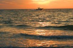 Esporte de barco do por do sol Fotografia de Stock