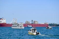 Esporte de barco do prazer ao longo da margem de Toronto fotografia de stock