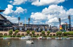 Esporte de barco do rio pelo parque de bola Foto de Stock Royalty Free
