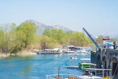 Esporte de barco em um lago Skadar em um dia de mola ensolarado fotografia de stock