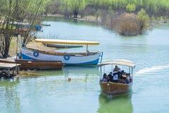 Esporte de barco em um lago Skadar em um dia de mola ensolarado fotografia de stock royalty free