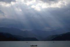 Esporte de barco no lago Fewa, Pokhara imagem de stock
