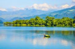 Esporte de barco no lago Phewa Fotografia de Stock Royalty Free