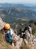 Esporte de escalada: o menino novo caucasiano toma um resto observando o m Fotografia de Stock