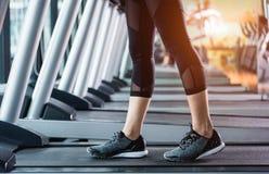 Esporte do estilo de vida da menina da jovem mulher dos pés que corre no exercício do exercício da escada rolante cardio- fotos de stock royalty free