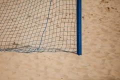 Esporte do verão do futebol rede do objetivo em um Sandy Beach Fotos de Stock Royalty Free