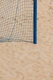 Esporte do verão do futebol rede do objetivo em um Sandy Beach Fotos de Stock