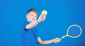 Esporte e entretenimento do t?nis T?nis da brincadeira do menino Habilidades praticando do t?nis O indiv?duo com raquete aprecia  imagens de stock
