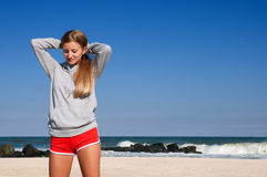 Esporte exterior Mulher bonita que faz exercícios no beira-mar da praia Foto de Stock