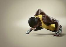 esporte Homem atlético novo que faz impulso-UPS imagens de stock
