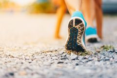esporte Pés do corredor que correm no fim da estrada acima na sapata Fotos de Stock