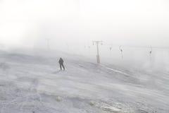 Esportes de inverno: Esquiando no recurso de Straja, Romênia foto de stock