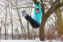 Esportes de inverno, menina que exercita na árvore Fotografia de Stock