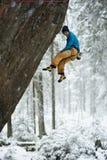 Esportes de inverno originais Montanhista de rocha em uma subida desafiante Escalada de Extreeme fotos de stock