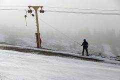 Esportes de inverno: Snowboarder de levantamento no recurso de Straja foto de stock