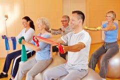 Esportes de Reha para séniores na aptidão Fotografia de Stock Royalty Free