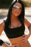 Esportes desgastando sutiã e óculos de sol da mulher Fotos de Stock Royalty Free