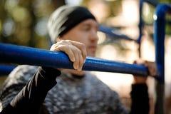 Esportes e conceito da aptidão Feche acima da foto do homem ativo forte com corpo muscular do ajuste outdoor imagens de stock
