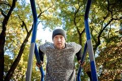 Esportes e conceito da aptidão Feche acima do retrato do homem ativo forte com corpo muscular do ajuste outdoor fotografia de stock royalty free