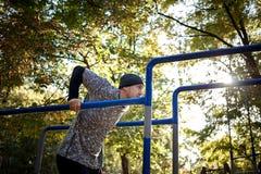 Esportes e conceito da aptidão Feche acima do retrato do homem ativo forte com corpo muscular do ajuste outdoor imagem de stock