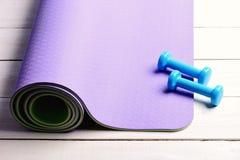 Esportes e conceito saudável do estilo de vida Pesos feitos do plástico ciano imagem de stock royalty free