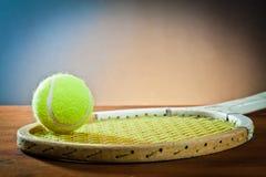 Esportes equipment.tennis e raquete na madeira Imagens de Stock