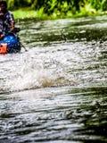 Esportes que transportam o rio na floresta Fotos de Stock Royalty Free