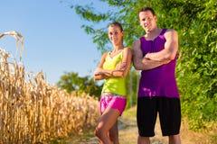 Homem e mulher que funcionam para o esporte Fotografia de Stock