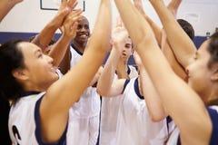 Esportes Team Celebrating In Gym da High School imagem de stock royalty free