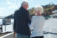 Esposa adorable y marido jubilados que sonríen el uno al otro fotografía de archivo libre de regalías