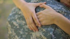 Esposa cariñosa que abraza al novio del aviador antes de irse, reclutamiento militar almacen de video