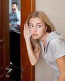 Esposa ciumento, overhearing seu marido Fotografia de Stock Royalty Free