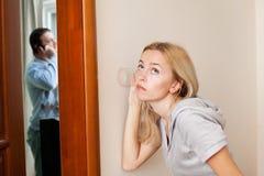 Esposa ciumento, overhearing seu marido fotografia de stock