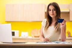 A esposa da jovem mulher no conceito do planeamento do orçamento fotografia de stock royalty free