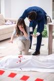 A esposa da vítima na cena no assassinato imagem de stock