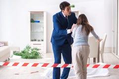 A esposa da vítima na cena no assassinato imagens de stock