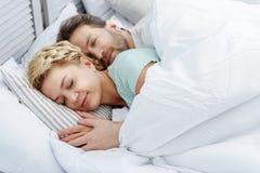 Esposa de abarcamiento del marido cariñoso durante siesta Imagen de archivo