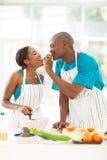 Esposa de alimentação do marido Imagem de Stock