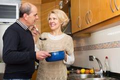 Esposa de ayuda del marido a cocinar Imágenes de archivo libres de regalías