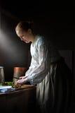 Esposa de la granja que cocina la cena, comida Imagen de archivo libre de regalías