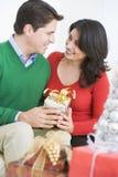 Esposa de surpresa do marido com presente de Natal Fotos de Stock
