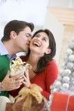 Esposa de surpresa do marido com presente de Natal Imagens de Stock