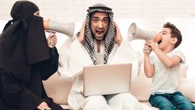 Esposa e filho com altifalante que gritam para genar foto de stock royalty free