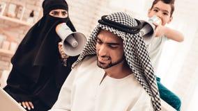 Esposa e filho com altifalante que gritam para genar fotografia de stock royalty free