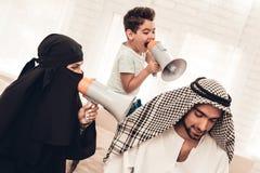 Esposa e filho com altifalante que gritam para genar fotografia de stock