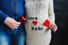Esposa embarazada con el marido Mujer embarazada Bebé que espera de los pares de la familia para fotografía de archivo libre de regalías