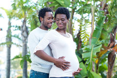 Esposa embarazada de abarcamiento del marido Fotografía de archivo