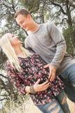 Esposa embarazada feliz con el marido Foto de archivo libre de regalías