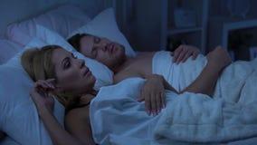 Esposa en cama con el marido, insomne debido a roncar, desviación nasal del septo almacen de video